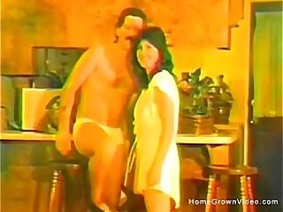 Жена сосет ее муж и его лучший друг в ретро домашнем порно