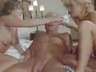 Velho comendo duas putas