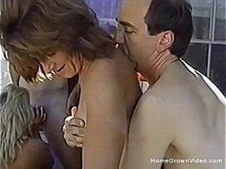 Две пары свингеров трахаются снаружи в сексуальной оргии