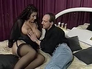 Deutsche Tittensau aus den 90er in schwarzer Reizwäsche