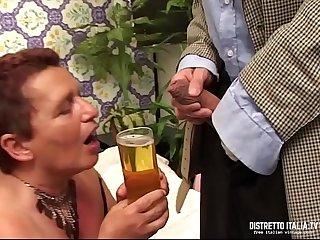 Carla è_ una vecchia che oltre a bere il piscio le piace pure il cazzo